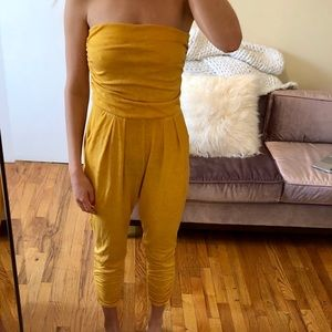 Strapless yellow jumper jumpsuit with pockets